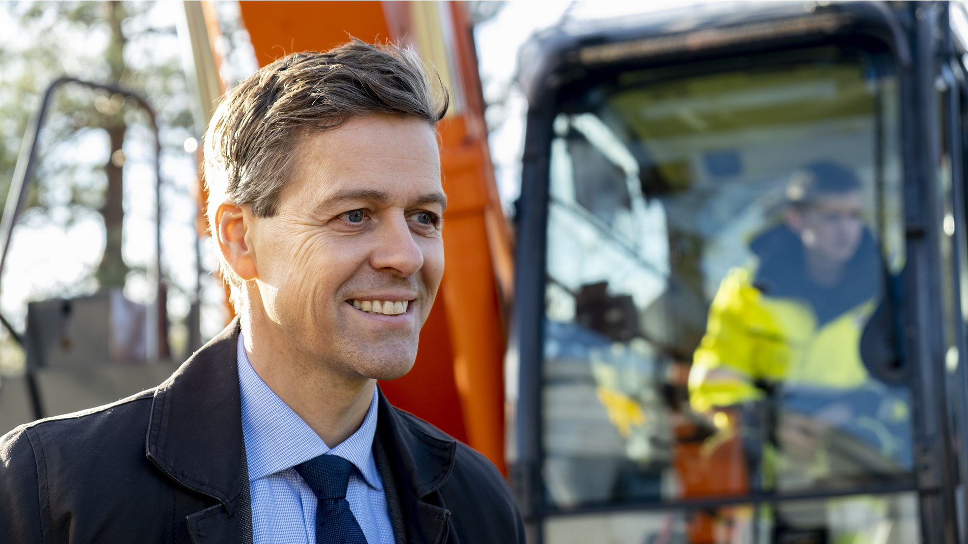 Her er samferdselsminister Knut Arild Hareide i forbindelse med at en elektrisk gravemaskin gjorde det første spadetaket i byggingen av E18 på Ramstadsletta. Foto: Samferdselsdepartementet