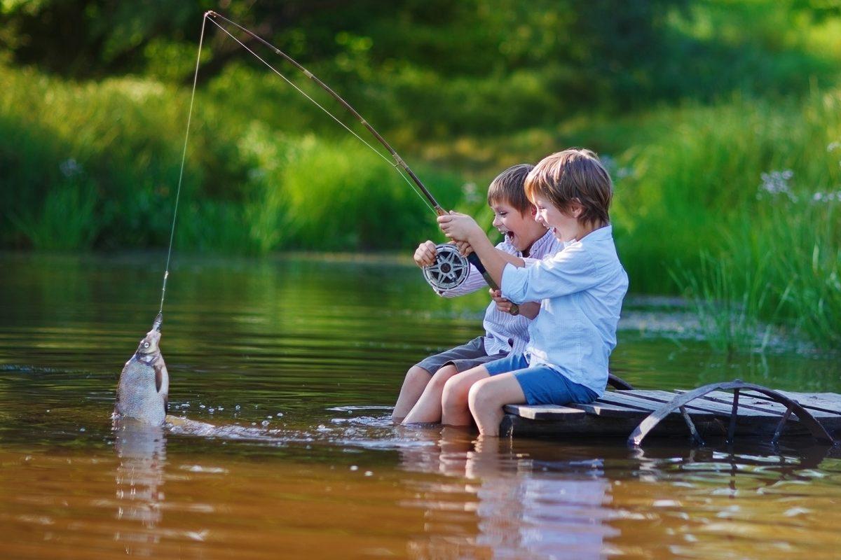 Gutter-som-fisker_1920