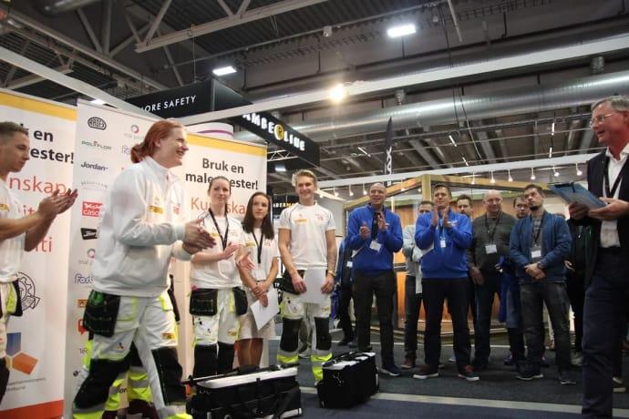 Petter Strandmo Isaksen tar i mot prisen som Norgesmester i byggtapetsering