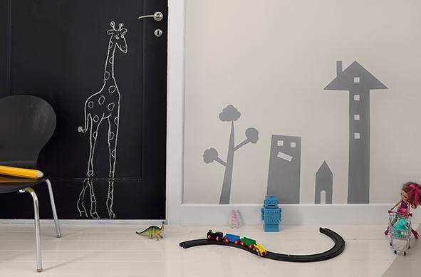 Må ikke male på vegg – foto tavledør: Beckers. Foto selvlysende glass: InHouse.