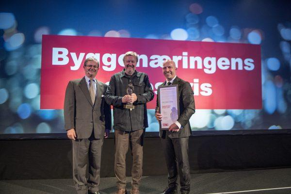 Vinner av Byggenæringens Ærespris 2019, KJetil Trædal Thorsen i midten. Carl Otto Løvenskiold til venstre og Gunnar Glavin Nybø til høyre.
