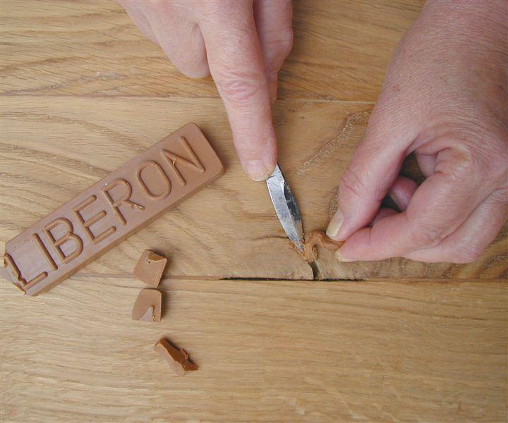 Små sprekker, hakk og spikerhull kan repareres med Liberon reparasjonsvoks. Foto: Alanor.